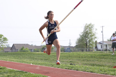Junior breaks Kansas girls' state pole vault record
