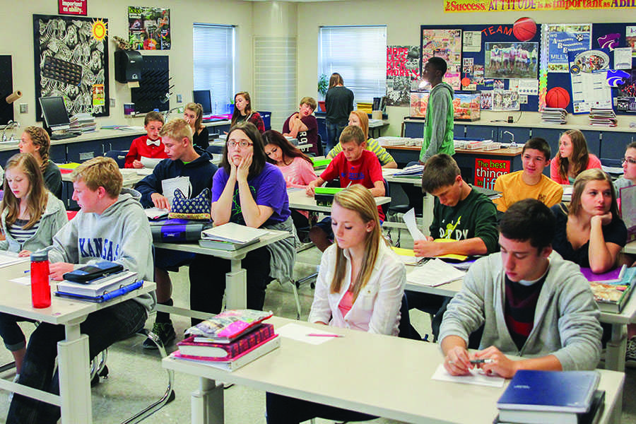 Science+teacher+Betsy+Meeks%E2%80%99+freshman+Pre-AP+biology+class+is+one+of+the+many+classes+that+experiences+problems+with+overcrowding.+%E2%80%9C%5BClass-+room+overcrowding%5D+makes+it+harder+to+focus+and+get+around+the+classroom%2C%E2%80%9D+freshman+Jessica+Mitchell+said.