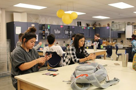 Sculpture students construct wire figures for latest project