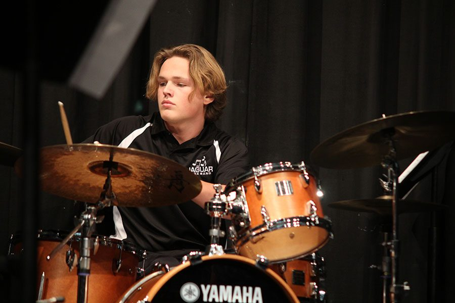 Lifting+his+drum+sticks+in+the+air%2C+senior+Spencer+Smith+prepares+to+tab+the+cymbals+during+the+jazz+band+concert+on+Thursday%2C+Dec.+1.