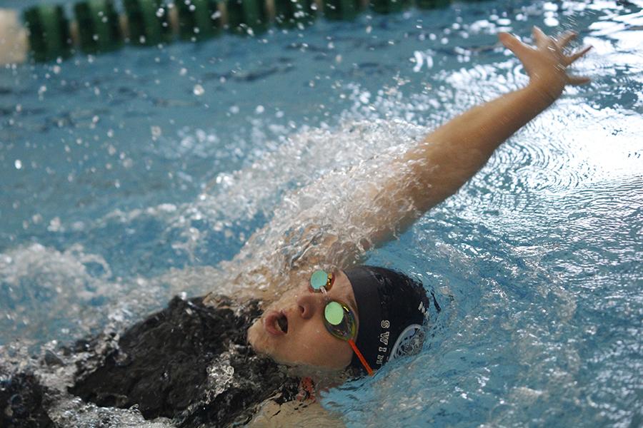 Freshman+Cadee+Morris+swims+backstroke.
