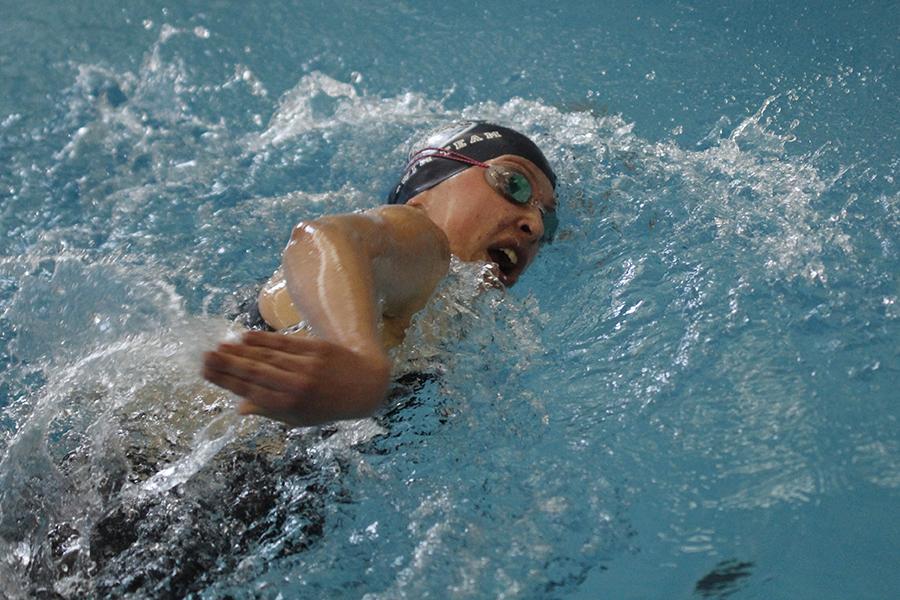 Junior+Jordan+Robinson+swims+the+500+yard+freestyle.
