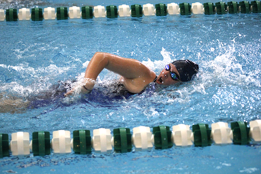 Breathing+between+strokes%2C+sophomore+Celia+Kistner+competes+in+the+500+freestyle.