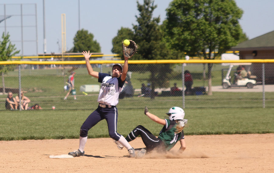 With+a+runner+sliding+into+second%2C+sophomore+Patyon+Totzke+prepares+to+catch+the+incoming+ball.