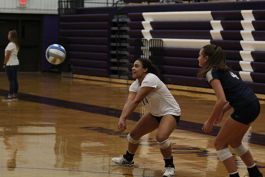 As+the+ball+comes+to+her%2C+junior+Sydney+Pullen+prepares+to+pass+it.