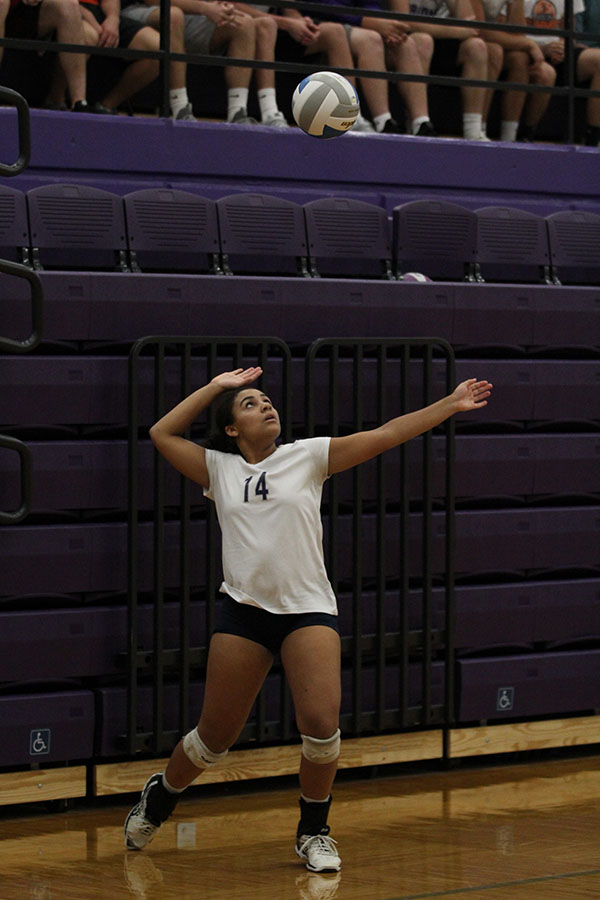 Throwing+the+ball+in+the+air%2C+junior+Sydney+Pullen+prepares+to+serve.