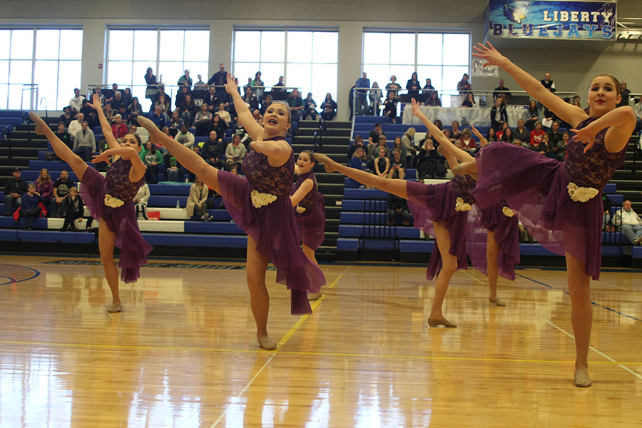 Sophomores+keep+the+left+side+of+the+crowd+entertained+during+the+jazz+routine.