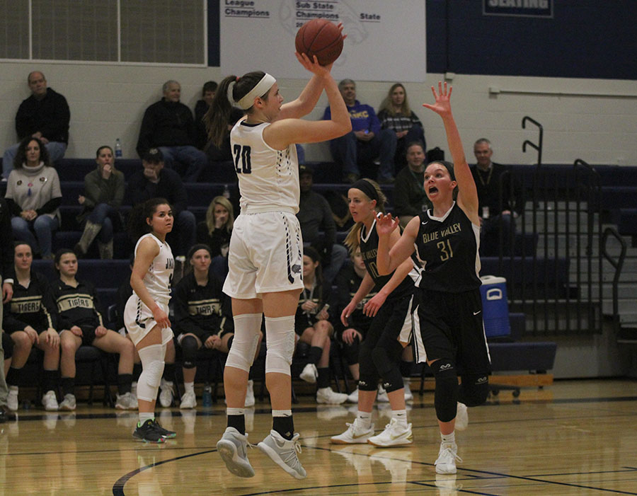 Lining+up+her+shot%2C+junior+Trinity+Knapp+prepares+to+release+the+ball+on+Friday%2C+Feb.+23.