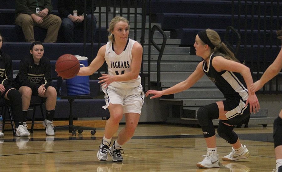 Protecting+the+ball+with+one+arm%2C+senior+Adde+Hinkle+moves+to+dribble.+