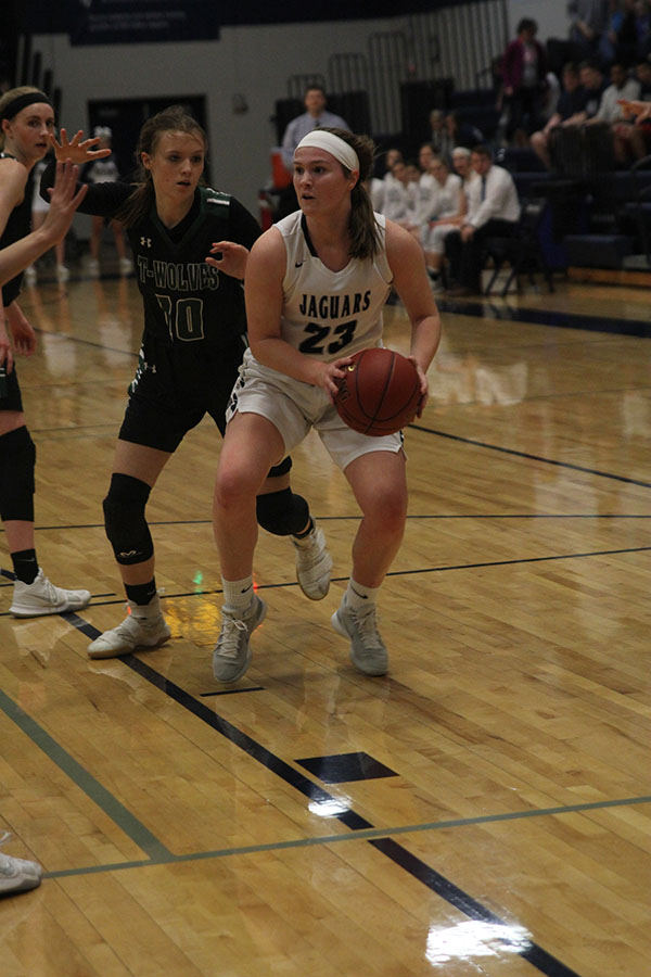 Focused+on+finding+a+teammate+to+pass+to%2C+junior+Claire+Kaifes+keeps+the+ball+away+from+BVSouthwest+defenders.+