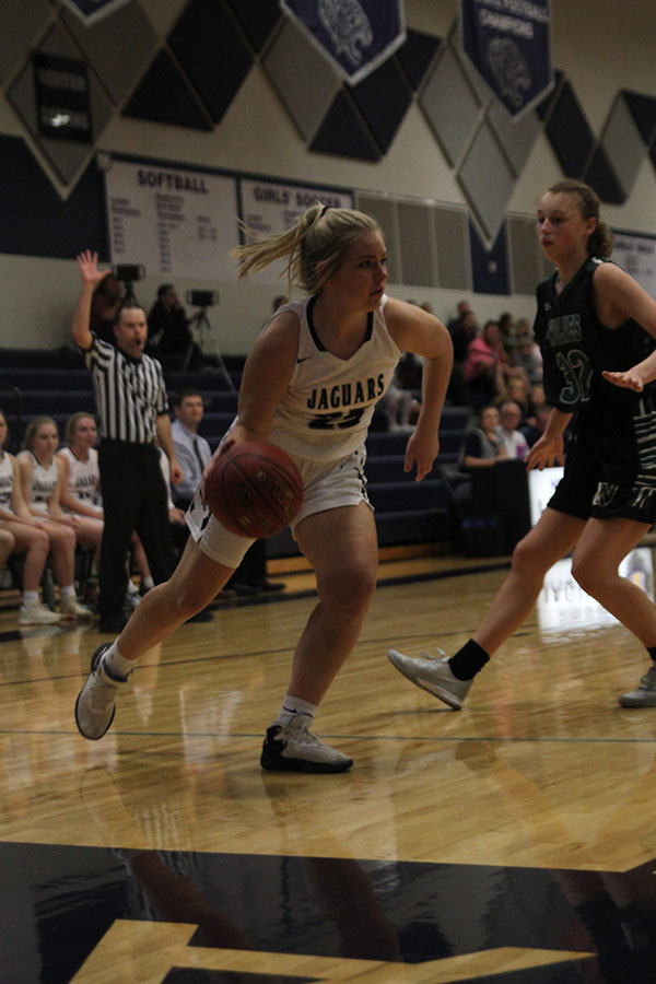Making+a+move+to+the+basket%2C+senior+Payton+Shurley+dribbles+the+ball.