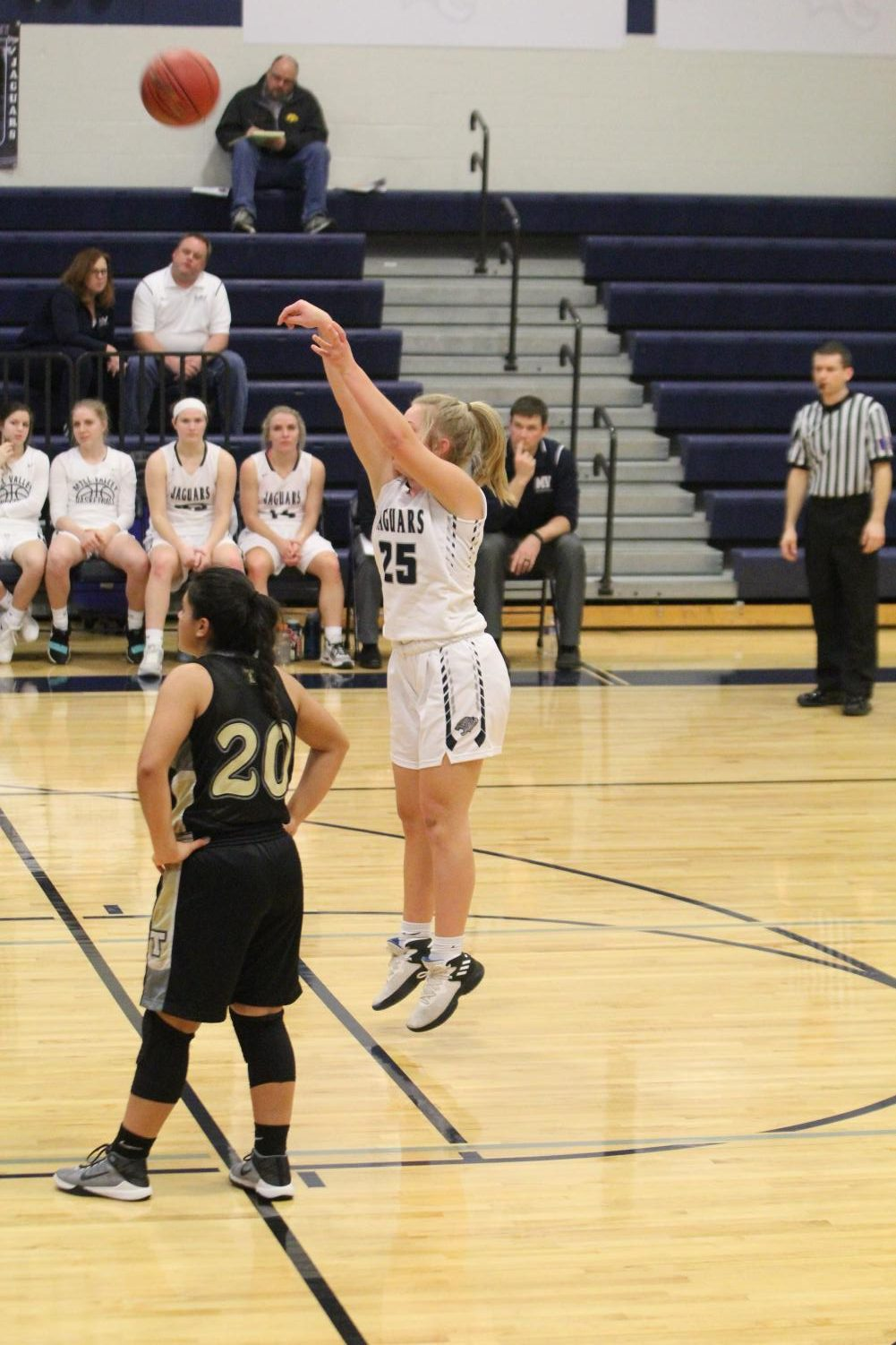 In+position%2C+senior+Peyton+Shurley+shoots+for+a+free+throw.