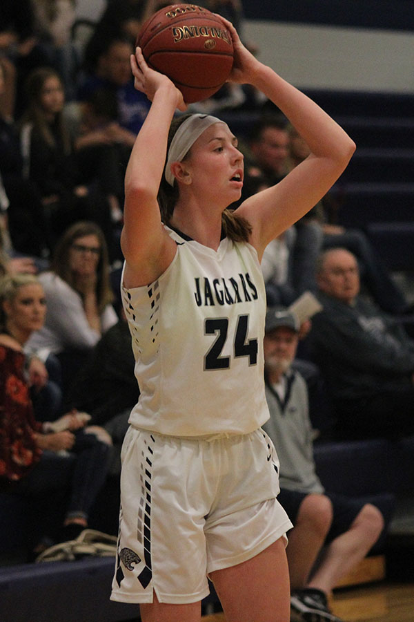 Looking+for+an+open+teammate%2C+senior+Evan+Zars+holds+the+ball+above+her+head.
