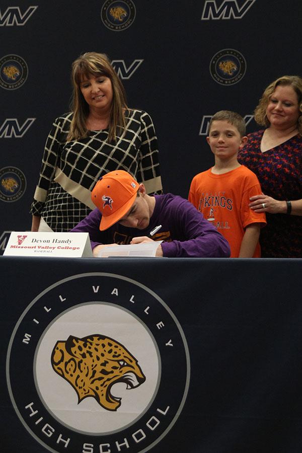 Senior+Devon+Handy+signs+to+play+baseball+at+Missouri+Valley+College.