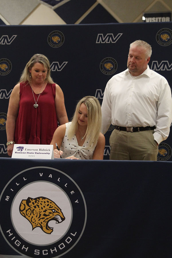 Senior+Emmy+Bidnick+signs+to+dance+at+Kansas+State+University.