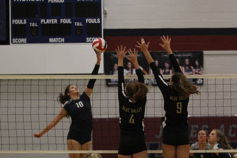 Volleyball loses to Blue Valley and St. James