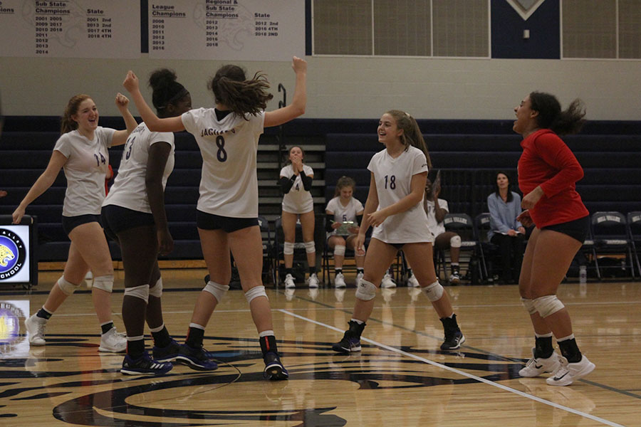 After+winning+the+second+set+against+Aquinas%2C+the+volleyball+team+celebrates.