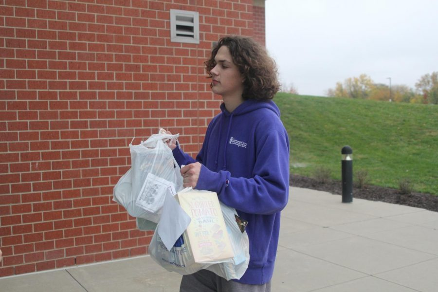 During+the+food+drive+Tuesday+October+30th+senior+Cameron+sizemore+assisted+in+collecting+donations+for+the+Desoto+Food+Pantry+%E2%80%9CFood+drives+are+important+because+not+everyone+can+always+afford+food%2C%E2%80%9D+Sizemore+said%2C+%22it%27s+always+important+to+help+the+community+by+supporting+less+fortunate+people+with+food+donations.%E2%80%9D