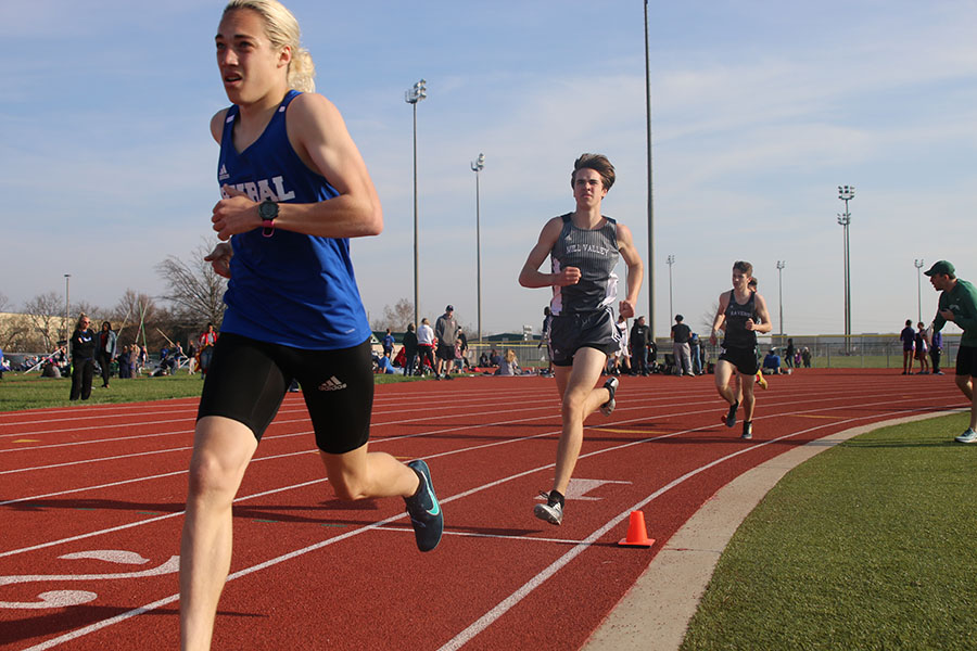 Starting+his+second+lap%2C+sophomore+Karch+Crawford+competes+in+the+1600+meter+run.