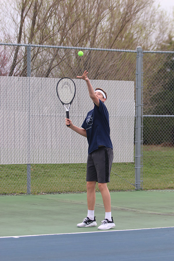 Throwing+the+ball+in+the+air%2C+sophomore+Aaron+Kephart+gets+ready+to+serve.+
