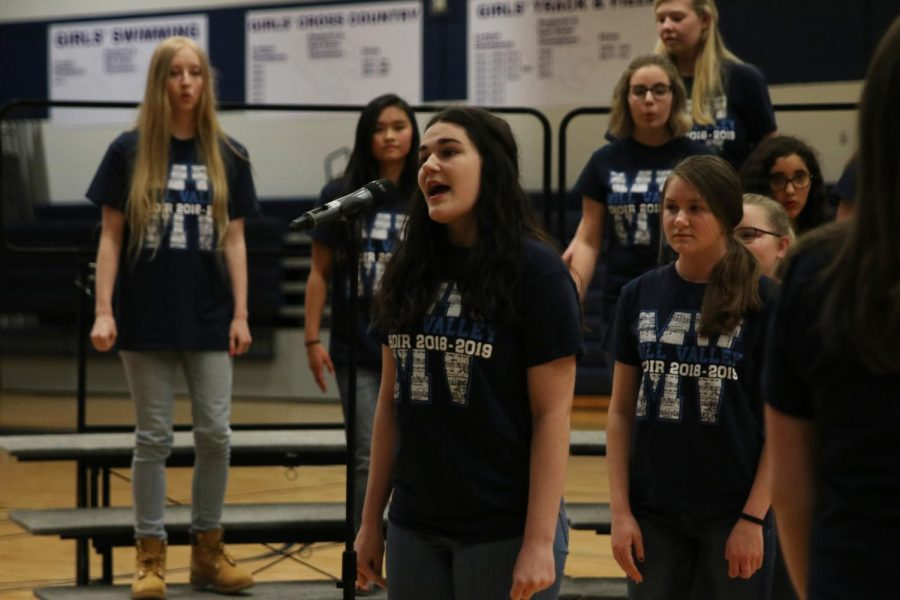 Stepping+up+to+the+microphone+during+the+song+%E2%80%9CSeasons+of+Love%22+from+the+musical+%E2%80%9CRent%2C%E2%80%9D+freshman+Kira+Tilden+sings+her+solo+in+the+treble+choir+for+the+Pop+Show+Thursday%2C+May+9.+