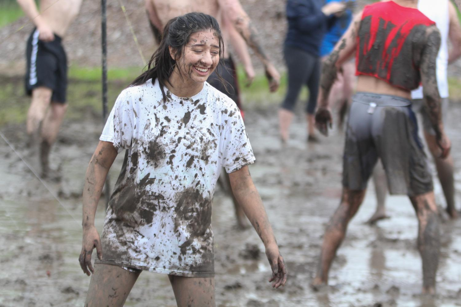 Covered+in+mud%2C+freshman+Aneesa+Ismail+laughs+at+herself.