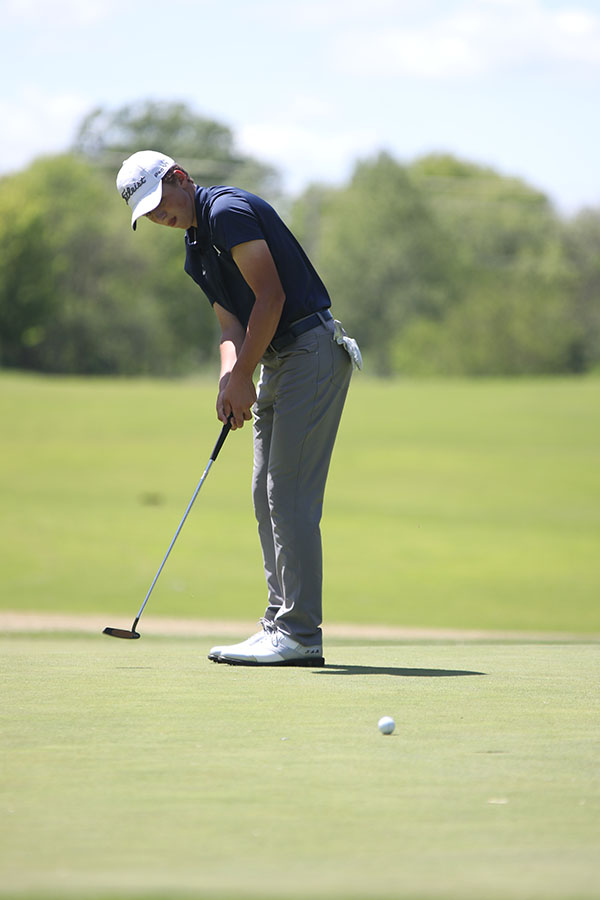 After+putting+his+ball%2C+sophomore+Nick+Mason+watches+it+get+closer+to+the+hole.