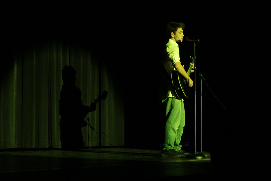 While+playing+the+guitar%2C+freshman+Derik+Bandad+sings+%E2%80%9CChasing+Cars%E2%80%9D.+