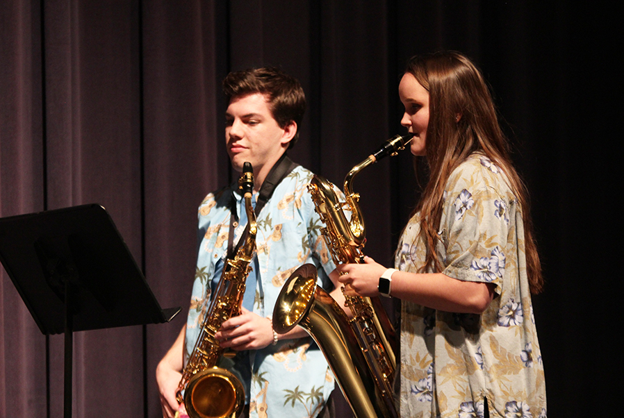 As+the+judges+deliberate%2C+seniors+Marah+Shulda+and+Tyler+Jeanneret+play+the+saxophone+during+the+intermission.+