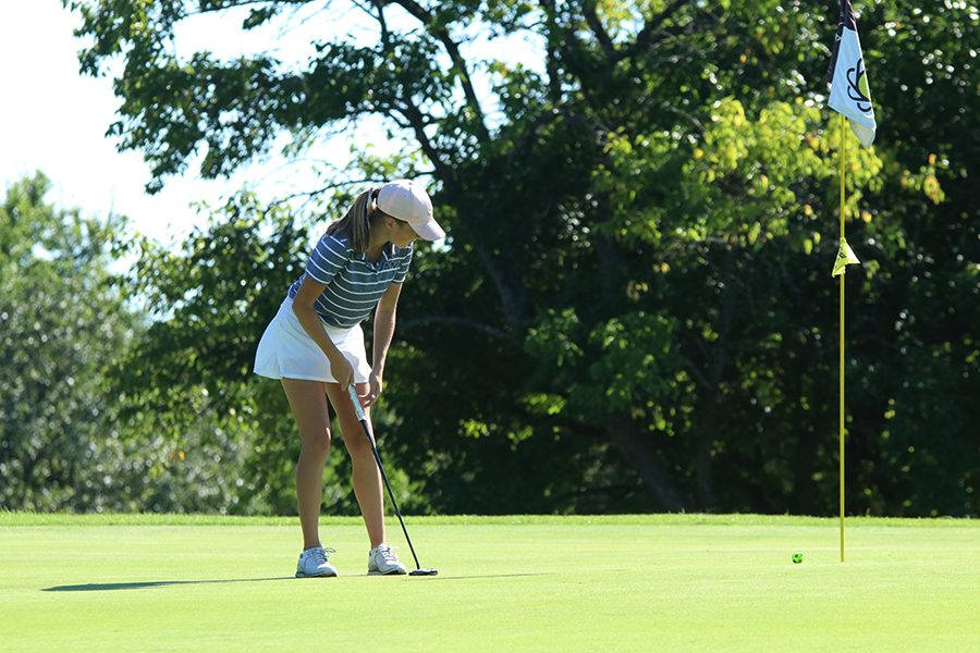 +Focusing+on+her+stroke%2C+Sophomore+Charley+Strahm+putts+the+ball+towards+the+hole+at+Sunflower+Hills+Golf+Course+on+Monday%2C+September+3rd.