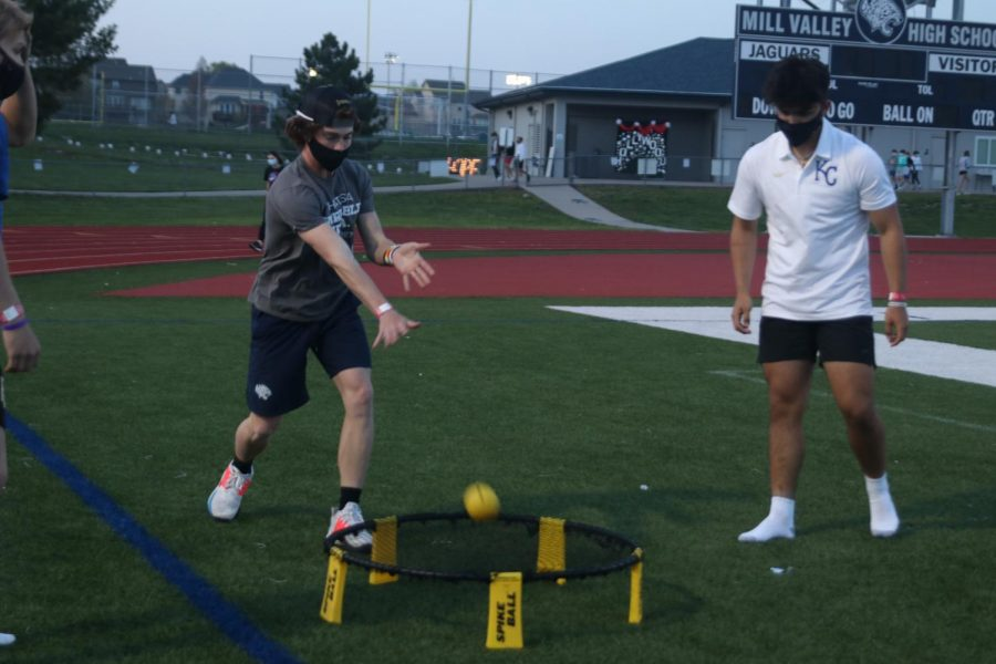 Freshman Daniel Blaine and freshman Evan Seifert play a game of spikeball alongside their other friends.
