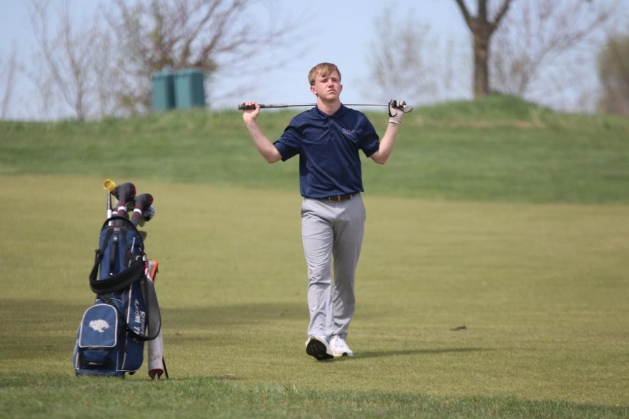 Catching his breath after a hit, sophomore Matt Morgan walks back to his clubs.
